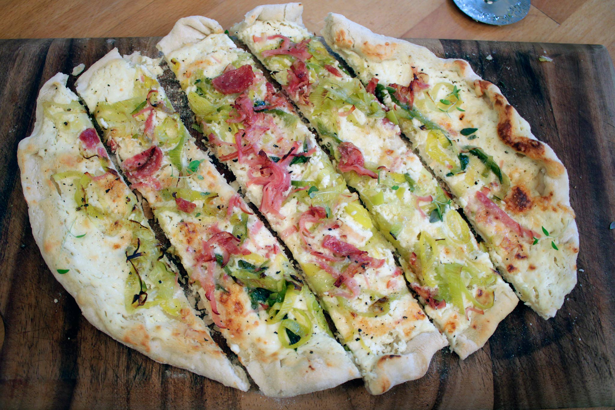 rezept tipp flammkuchen cr me fra che mascarpone bauchspeck salami. Black Bedroom Furniture Sets. Home Design Ideas