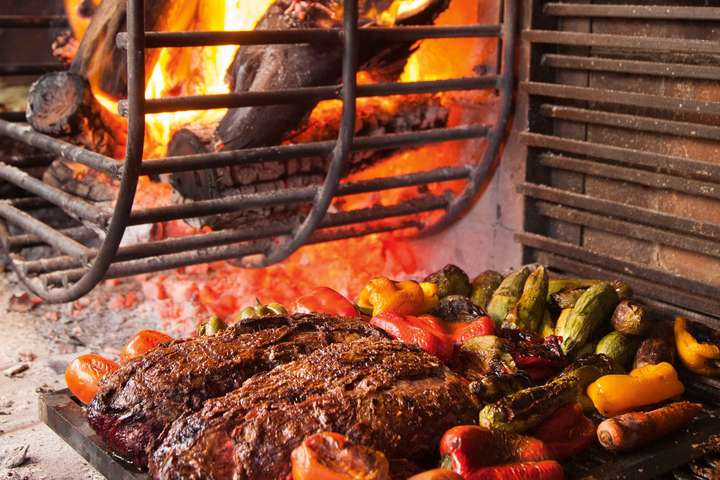 Saftige Steaks am Grill im  »Siete Fuegos« in Mendoza.